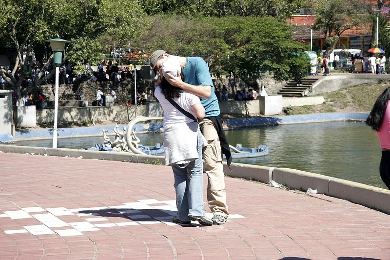 Momento romântico na Plaza 24 de Septiembre em Santa Cruz de la Sierra