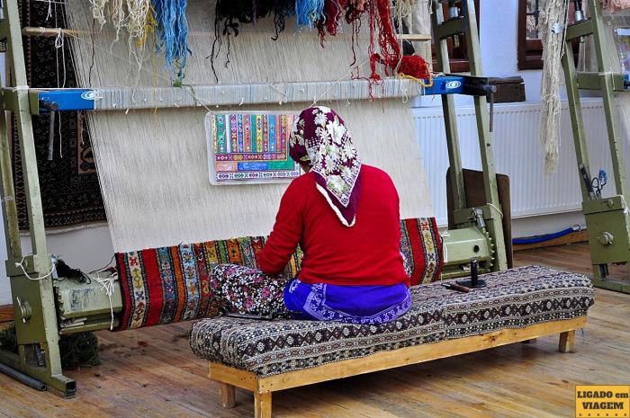 Detalhe das mulheres confeccionando tapetes - Visita a fábrica de tapetes de seda na Capadócia, Turquia