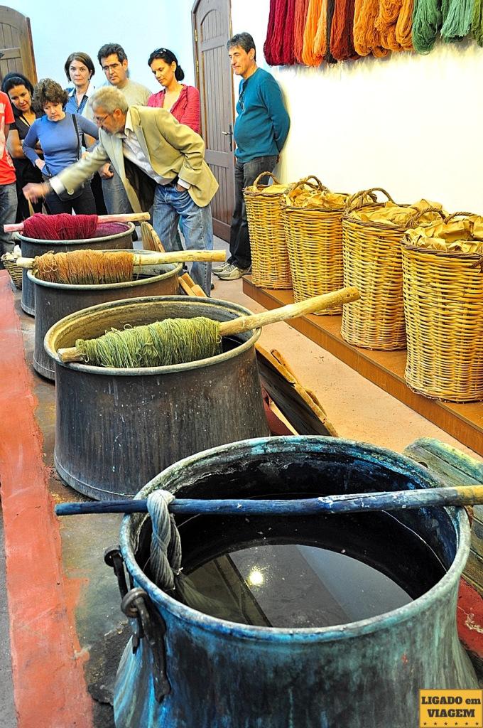 Depois da criação dos fios eles são tingidos para ter a cor para confecção dos tapetes - Visita a fábrica de tapetes de seda na Capadócia, Turquia