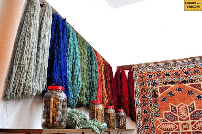 Os fios prontos e coloridos para o início do trabalho - Visita a fábrica de tapetes de seda na Capadócia, Turquia