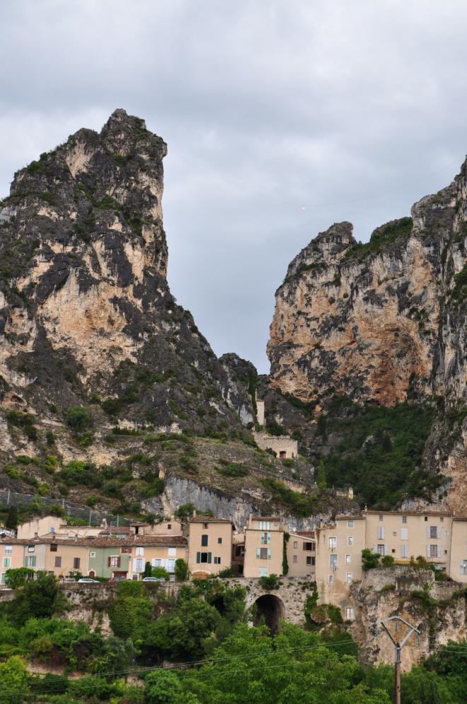 As Mais Belas Vilas da França - Moustiers-Saint-Mari uma das Les Plus Beaux Villages de France em Provença, França