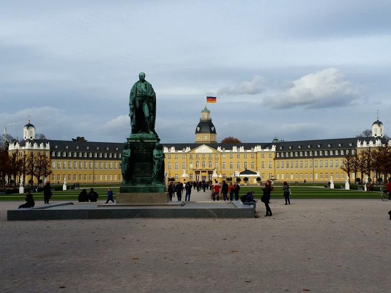 O Castelo de Karlsruhe é a principal e mais central atração turística da  cidade 6a076abe05fd7