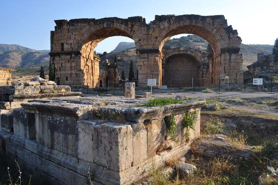 Pamukkale-Hierápolis e Éfeso na Turquia - A cidade cemitério de Hierápolis
