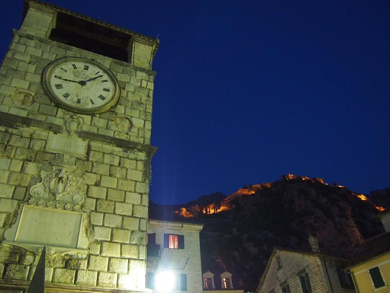 Kotor Montenegro - Torre do relógio e a muralha iluminada a noite