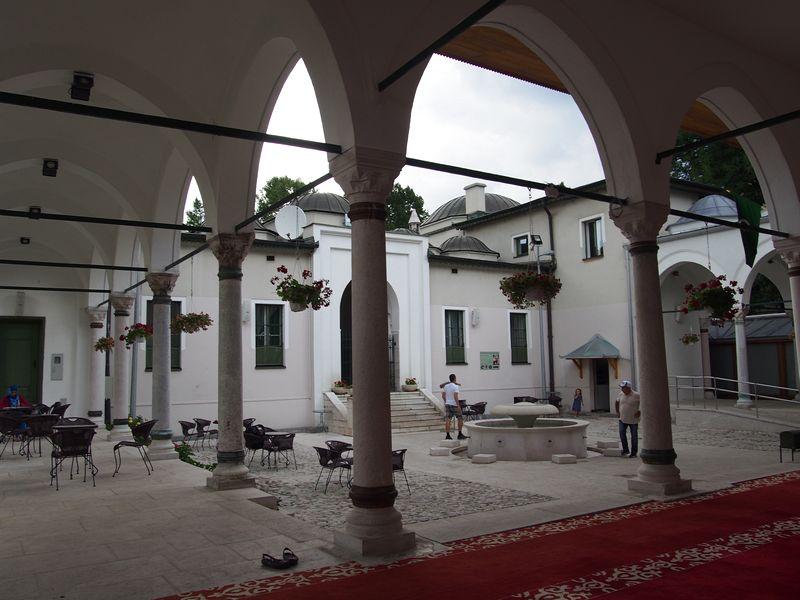 Sarajevo Bosnia e Herzegovina - Mesquita Careva Džamija do outro lado do rio Miljacka