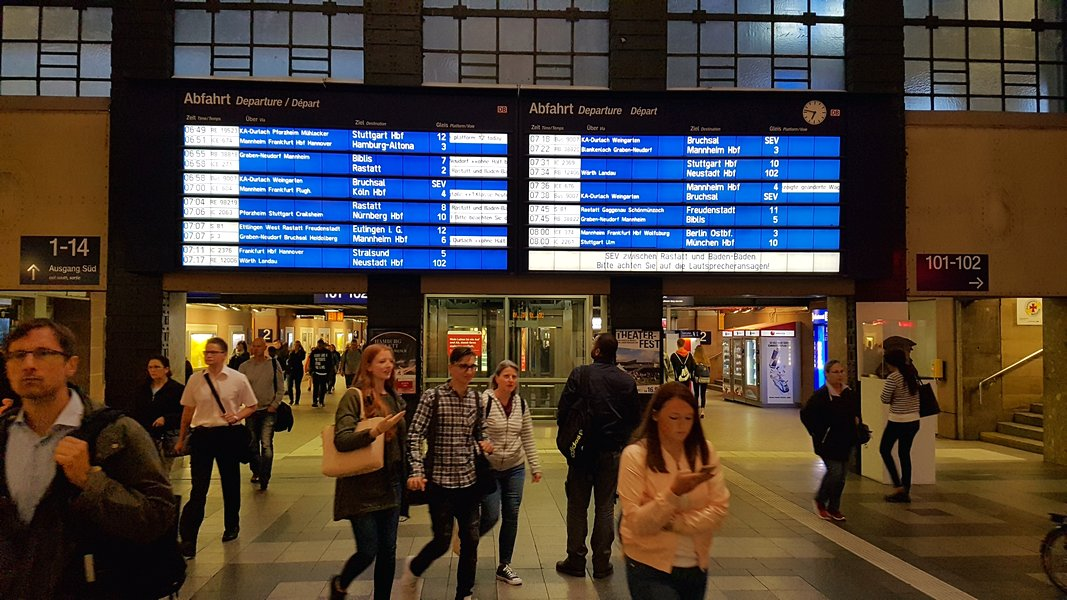 Viagem trem Alemanha - Painéis de informações de todos os trens da estação