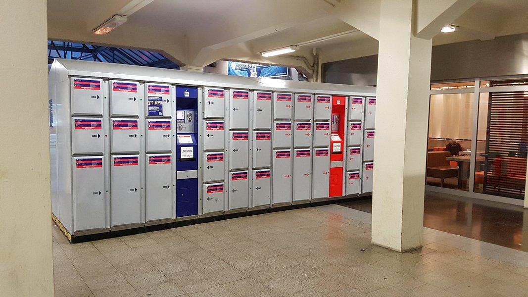 Viagem trem Alemanha - Armários para guardar bagagem nas estações