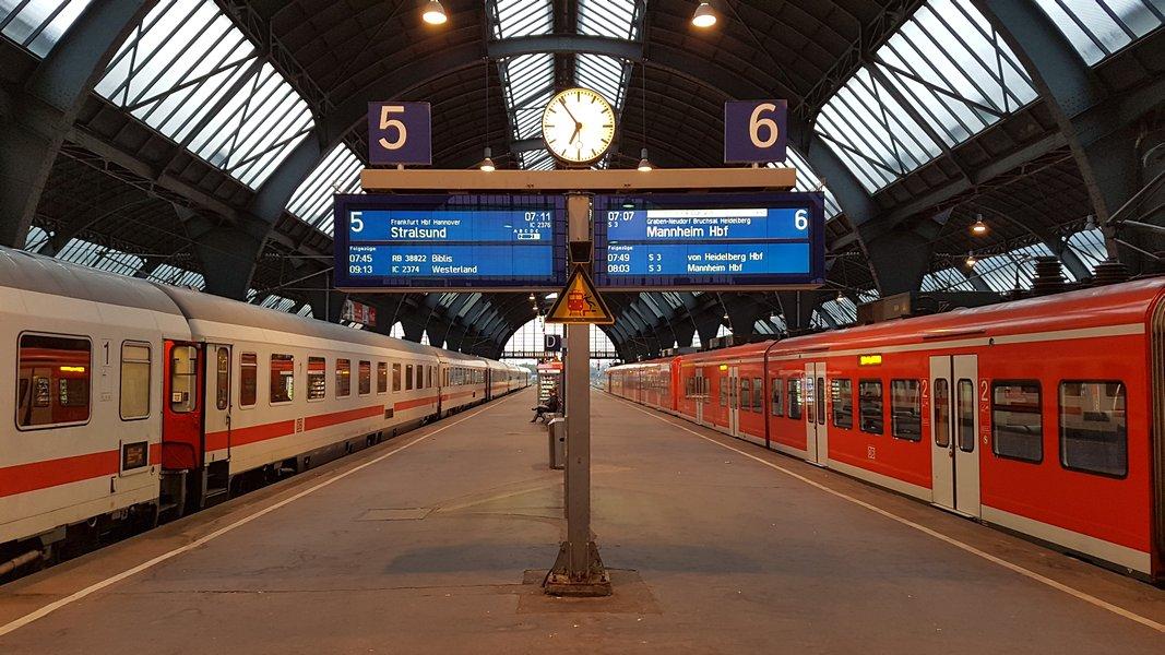 Viagem trem Alemanha - Painéis nas plataformas com informações do trem