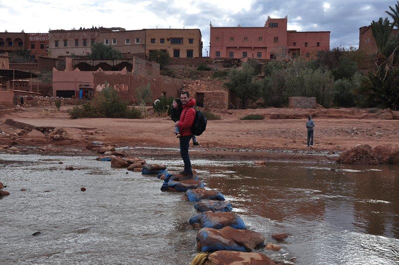 Viagem Ait-Ben-Haddou Ouarzazate Marrocos - Atravessando o rio Ounila