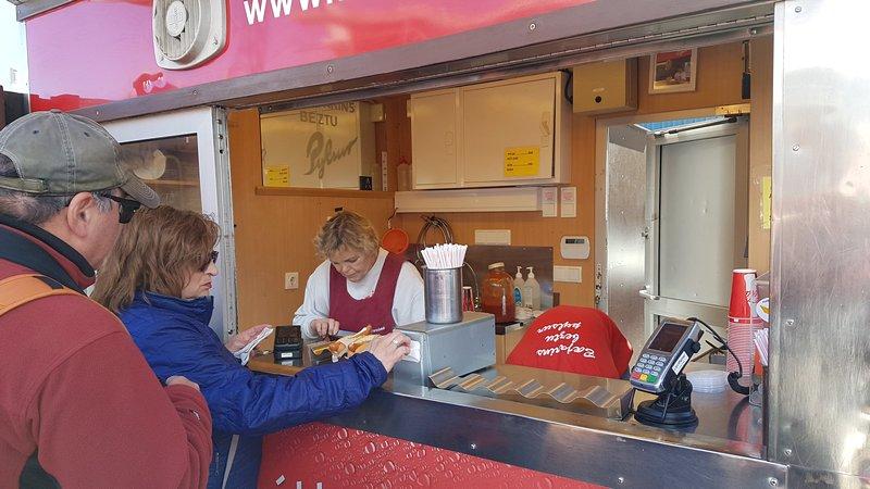 Viagem Reykjavik Islandia - Comendo um Hot Dog do Bæjarins Beztu Pylsur